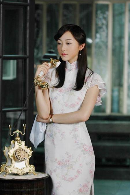 旷美娇,袁寒雪,桃金梅三个美丽可爱的姑娘是形影不离的闺中密友.