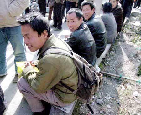 资料图:进城等待工作的农民工